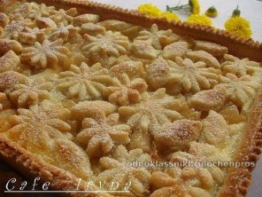 Замечательный яблочный пирог со сметанной заливкой.