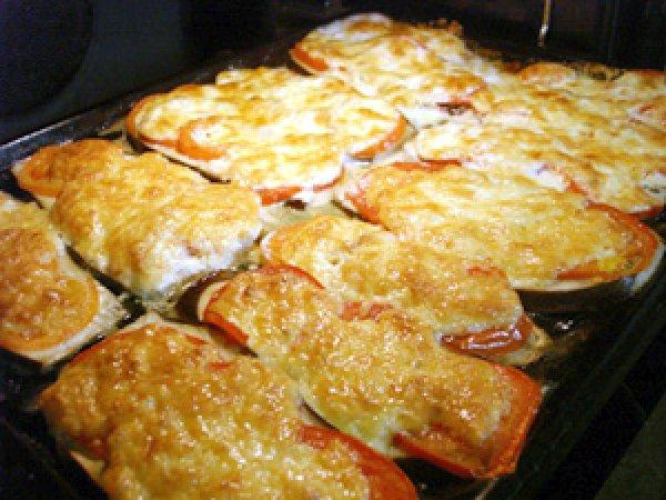 баклажаны в духовке с помидорами и сыром с фото